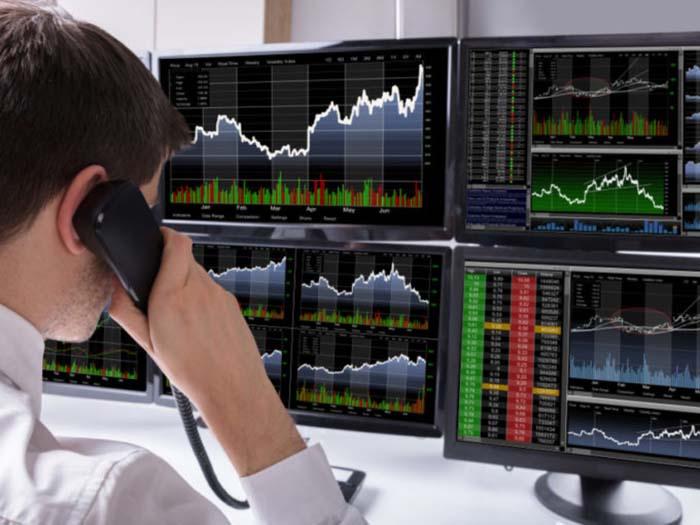 Трейдер следит за рынком